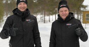 Juho Hänninen (t.v.) blir Toyotas førstefører i WRC. Her sammen med Teamsjef Tommi Mäkinen.
