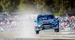 Andreas Bakkerud fløy høyt under VM-runden i Høljes. Han endte til slutt på andreplass. (Foto: Hoonigan Racing Division)