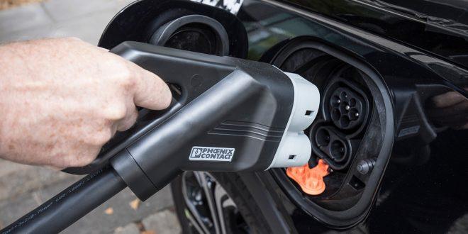Alle store bilprodusenter sier at de vil komme med elbiler, og trykket på de som leverer batterier øker. Her fylles en Opel Ampera-e hvor ventelisten nå bikker 2019. (Foto: Opel)