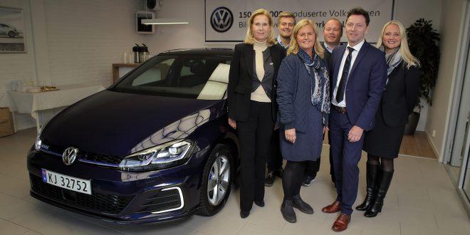 Representanter fra både fabrikken, importøren Harald A. Møller og Albjerk bil var på plass da Turid Sedahl Knutsen fikk utlevert Volkswagen nummer 150 000 000. (Foto: VW)