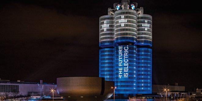 NMW har lyssatt hovedkvarter slik at det ser ut som tre batterier fra denne vinkelen. (Foto: BMW)