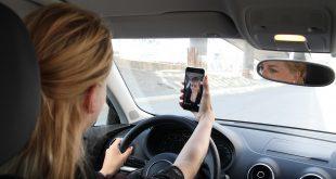 Det er svært farlig å bruke mobilen når du sitter bak rattet, og barneforeldrene er verstinger. Dette er dog et illustrasjonsbilde. (Foto: Gjensidige)