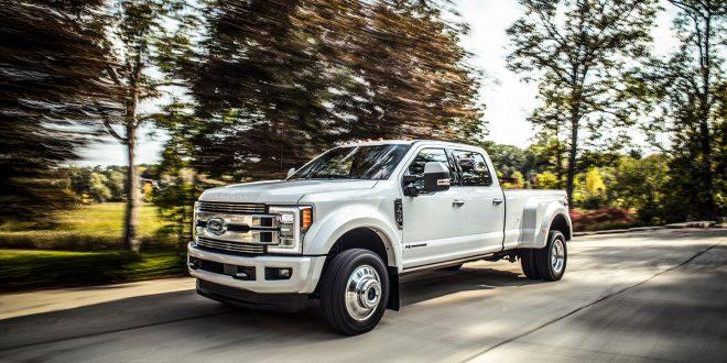 Det er Fords Super Duty F-serie som er anklaget for å ha jukset med utslippstallene. Her en 2018-modell. (Foto: Ford)