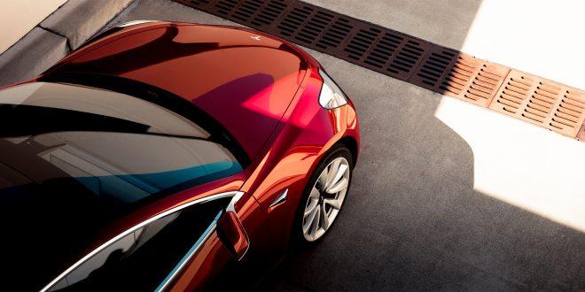 Det vil ta tid før Tesla Model 3 blir et vanlig syn på norske veier. (Foto: Tesla)
