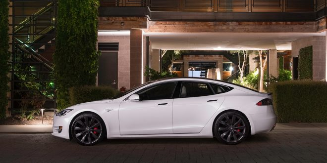 Personen bak rattet er fortsatt ansvarlig for kjøringen uansett hvor mye autopilot som brukes. (Foto: Tesla)