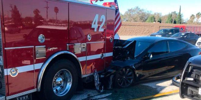 Utrolig nok ble ingen skadet da en Tesla pløyde inn i en brannbil. (Foto: Culver City Firefighters)