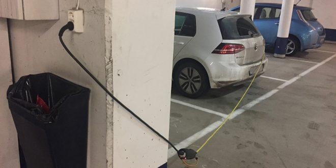Mange lader elbilene feil, noe som kan få fatale følger. (illustrasjon Gjensidige)