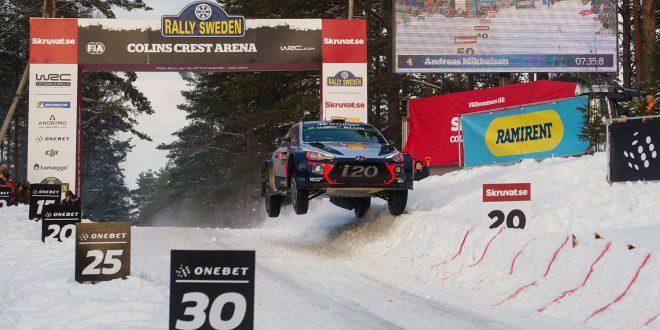 Dette er ikke etter læreboka. Tross litt småtrøbbel endte Andreas Mikkelsen opp på tredjeplass i Rally Sverige. (Foto: Red Bull)