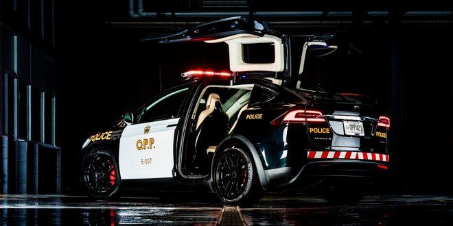 Politiet i Ontario viser fram en uniformert Tesla. (Foto: OPP)