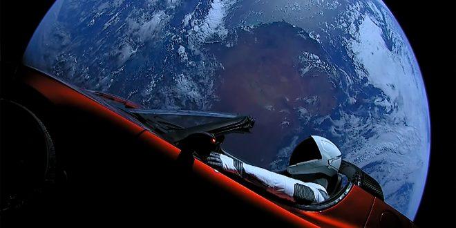 Starman i sin Tesla Roadster har forlatt alle de jordiske bekymringene og er på vei ut i verdensrommet. (Foto: SpaceX)
