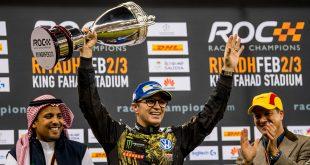 Petter Solberg fikk en svær pokal for andreplassen i årets Race of Champions. (Foto: VW)