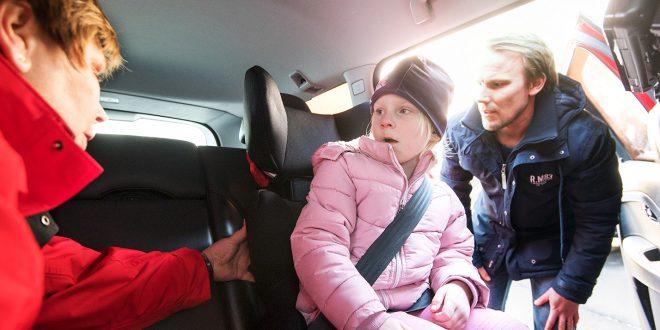 Lillian Korsar fra NTF undersøker hvordan Johan Sand har festet sin datter Alma i en av stolene. (Foto: Anna Sigge, NAF)