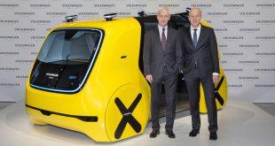 VW-sjef Matthias Müller (t.v.) satser tungt på elektriske biler i tiden framover. (Foto: VW)