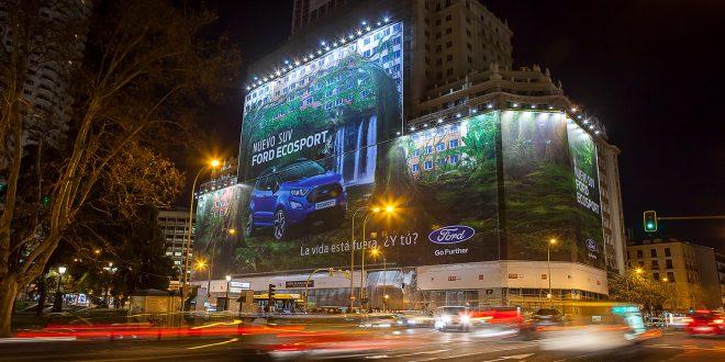 Dette er verdens største reklameplakat. (Begge foto: Ford)