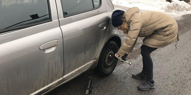 Mange vil bruke helgen til å skifte dekk, men en tidlig vår og snøfull vinter kan gjøre det uforsvarlig å kjøre på sommerdekk. (Foto: If)