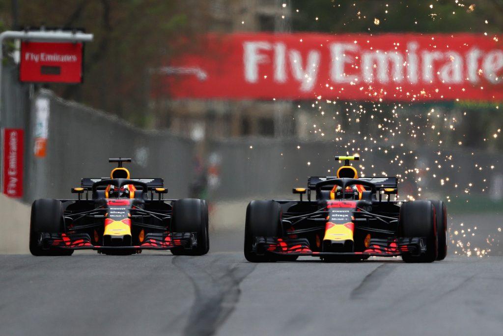Lagkameratene Max Verstappen og Daniel Ricciardo klarte å krasje i hverandre under søndagens løp i Baku. (Foto: Red Bull)