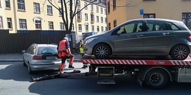 Mange tusen bilister i Oslo vil oppleve å bli tauet bort i disse dager. (Begge foto: Bil24)
