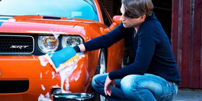 Det er vår over store deler av landet, og mange vil vaske bilen sin til helga. (Foto: Newspress)