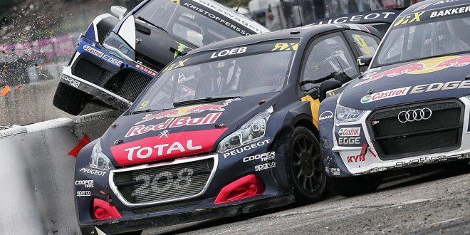 Her er det ikke en gang mulig å ser Petter Solbergs bil inn i den første svingen i finalen. Han er til venstre for Johan Kristofferssons bil som nesten ruller rundt. (Begge foto: Red Bull)