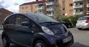Skal et borettslag dele på regningen for å gi elbilene lademuligheter? (Foto: Norsk elbilforening)