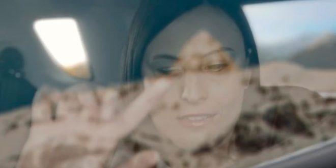 Ny teknologi lar blinde som Annarita tolke bilder under kjøreturen. (Foto: Ford)