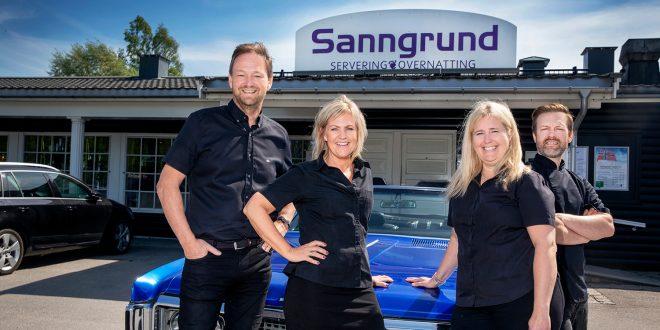Sanngrund Servering & Overnatting med Arne Udnesseter (f.v.), Betty Udnesseter, Beate Ferger og Freddy Ferger, er vinnerne av NAF-magasinet Motors kåring av Årets veimat i 2018. (Foto: Motor/Mette Randem)
