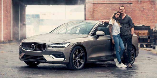 Volvo V60/S60 er Sveriges mest solgte bil så langt med 4.545 eksemplarer. Snart kommer den nye, som filmstjernen Joel Kinnaman viser fram sammen med kona Cleo. (Foto: Volvo)