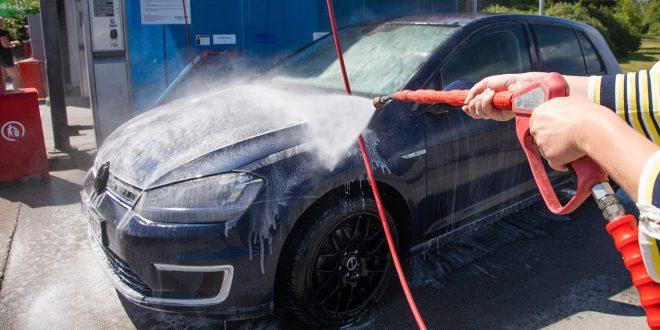 På Fjellhamar kan du vaske bilen med vann varmet opp av sola. (Begge foto: Thomas Brun, NTB Produksjon)