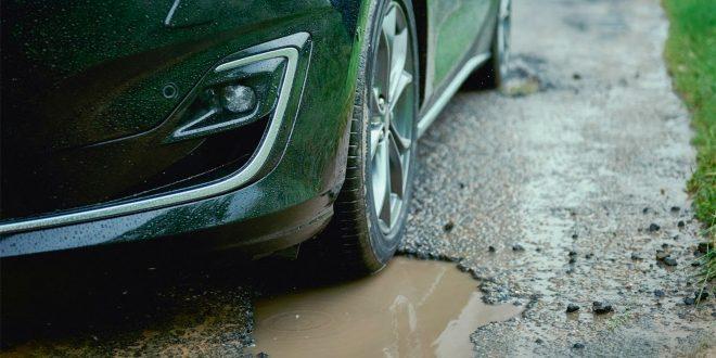 Du har garantert kjørt over et veihull om du har kjørt bil i noen år. (Foto: Ford)