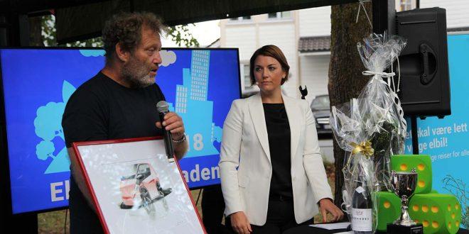 Frederic Hauge er den første vinneren av hedersprisen «Årets Buddy». Her sammen med Christina Bu. (Foto: Elbilforeningen)