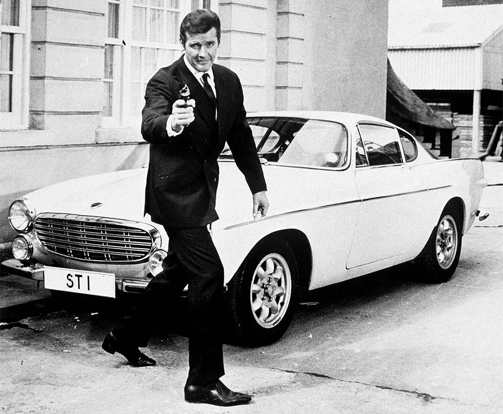 Roger Moore sammen med bilen med det berømmte nummerskiltet. (Foto: Volvo)