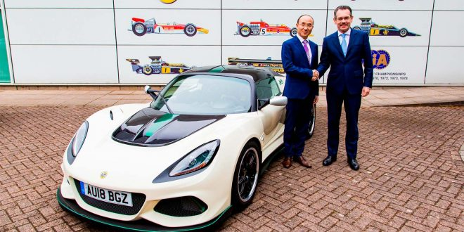 Geely har store planer for Lotus. Her Feng Qingfeng i Geely og Lotus-sjef Jean-Marc Gales. (Foto: Lotus)