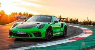 Denne Porsche 911 GT3 RS er riktignok grønn, men å gjøre 911 til en elektrisk bil sitter langt inne. (Foto: Porsche)