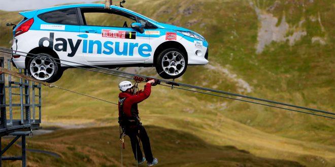 Arrangørene av Rally Wales sendte like godt en rallybil ned en zip-line. (Foto: Dayinsure Wales Rally GB)