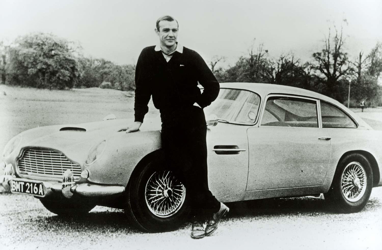 Her er Bond-skuespiller Sean Connery sammen med DB5. (Foto: Aston Martin)