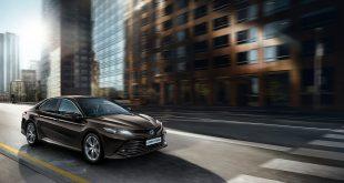 Toyota er en gigant, og overskuddet er også svært. Her den nye Camry Hybrid. (Foto: Toyota)