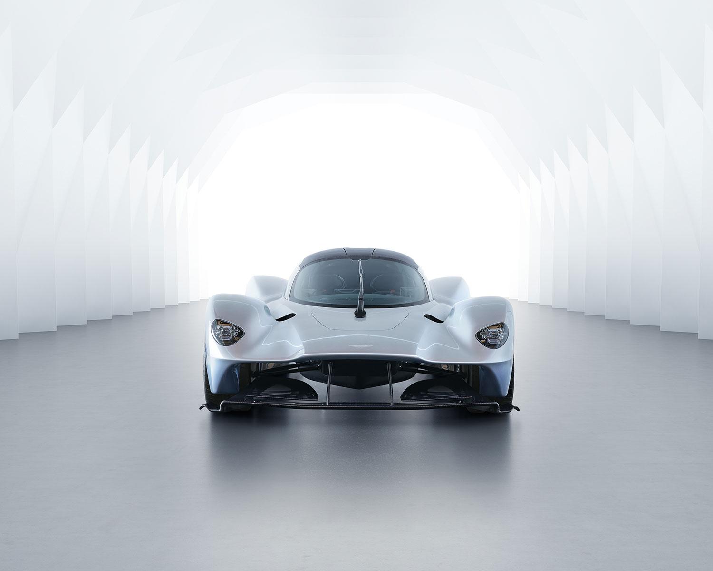 Om du ser denne bilen i bakspeilet er det bare å gi plass. Valkyrie er nemlig et skikkelig fartsmonster. (Foto: Aston Martin)