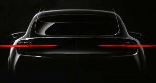 Ford gir oss et lite glimt av en elektrisk bil som minner om Mustang bak. (Foto: Ford)