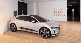 Jaguar stiller nå ut en I-Pace laget av leire på et skotsk museum. (Foto: Jaguar)