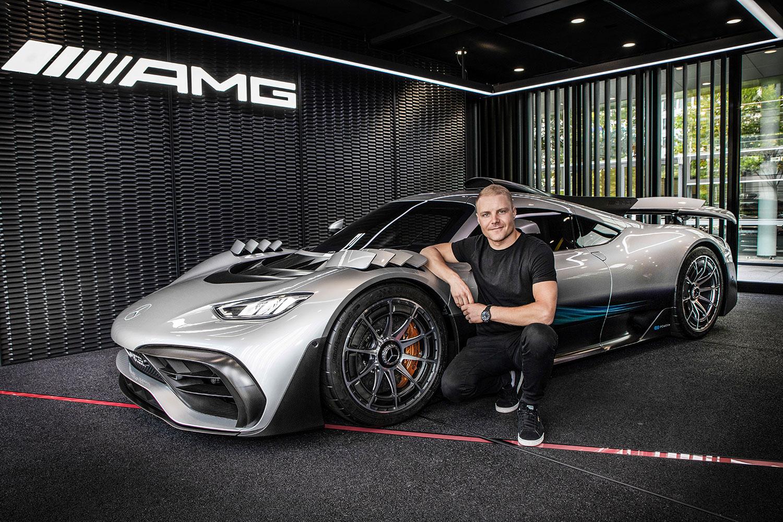 Her viser den finske formel 1-føreren Valtteri Bottas fram den nye superbilen. (Foto: Mercedes)
