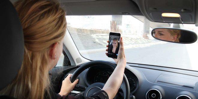 Der bør koste dyrt å holde på med mobilen under kjøring, mener forsikringsselskap. (Illustrasjonsfoto: Gjensidige)