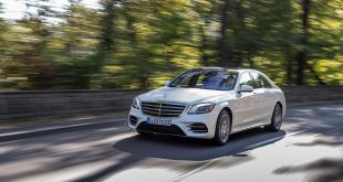 Mercedes har utviklet en ny hybridløsning, og den får flaggskipet S 560 e. (Begge foto: Mercedes)
