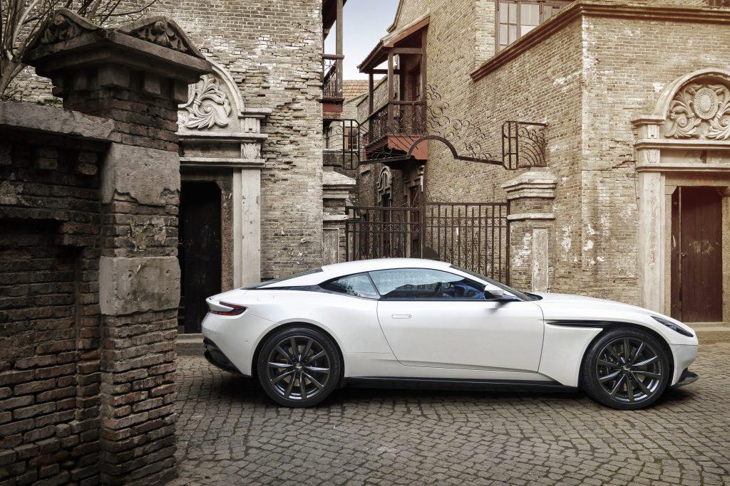 Aston Martin har senket tyngdepunktet på V8, og finjustert understell, antiroll, dempere og andre ting som har med kjøreegenskapene å gjøre.