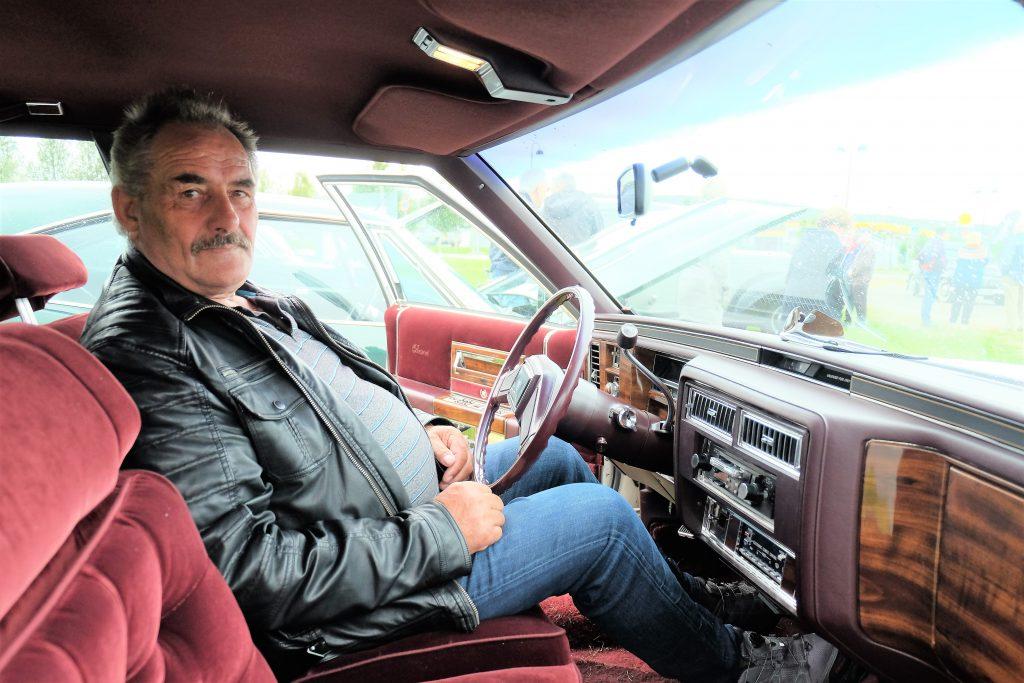 Litt annen utsikt enn fra sjarken. Torbjørn Johansen nyter pensjonistlivet bak rattet på en Cadillac.