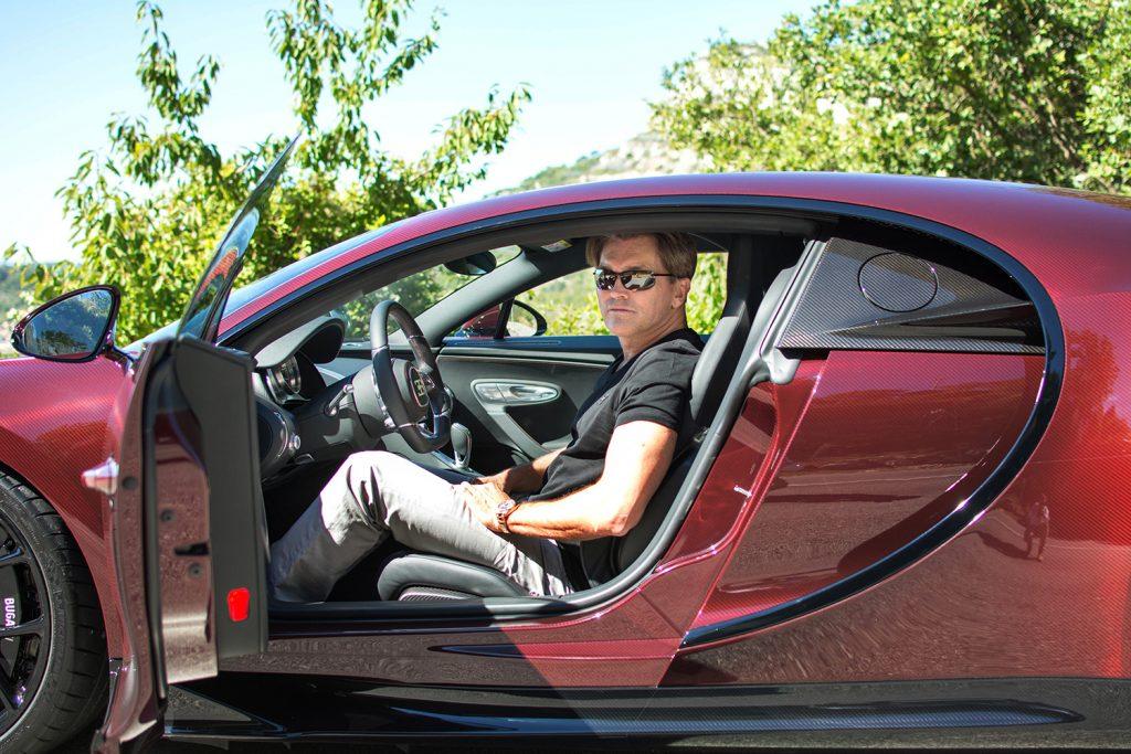 Arne Fredly i sin meget eksklusive og svindyre Bugatti Chiron.