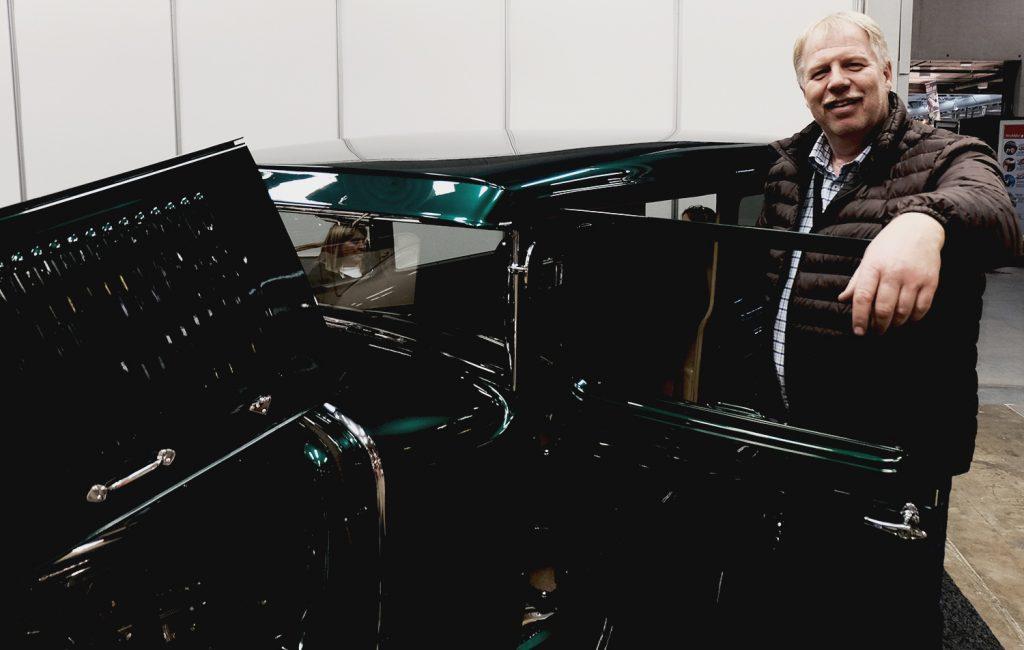Endelig kan Jon-Erik Hansen klatre inn i drømmebilen.
