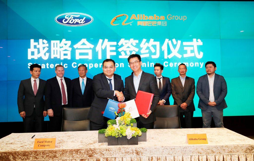 Jason Luo, leder og administrerende direktør i Ford China, og Hu Xiaoming, administrerende direktør i Alibaba, president for AliOS og president for Alibaba Cloud, undertegnet en strategisk samarbeidsavtale torsdag. (Foto: Ford)