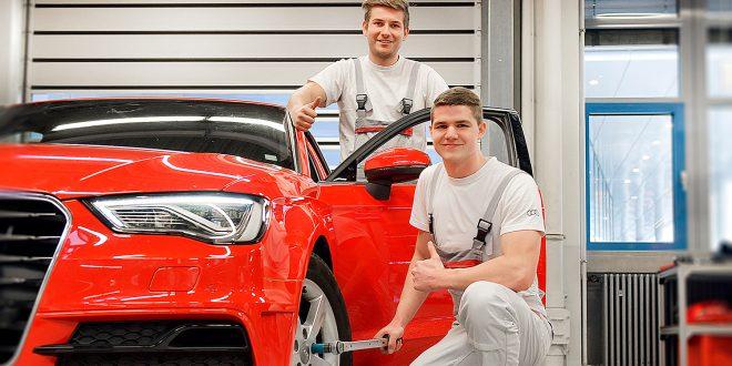 Disse to hos Audi fant på en geinal fargekode som gjør at verktøyet ikke blir feilbrukt. (Begge foto: Audi)