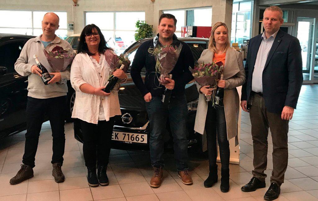 Her er Anders Mamen-Lund (t.h.) med fire av de fem første kundene av nye Nissan Leaf.