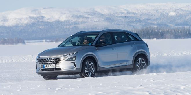 Hyundai er på plass i Sverige, hvor de tester elbilen Kona og hydrogenbilen Nexo under iskalde forhold. (Begge foto: Hyundai)